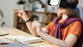 une fille qui utilise des lunettes de réalité virtuelle pour son éducation